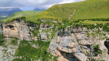 Vista sul massiccio del monte perdido e anisclo valle nel parco nazionale di ordesa, Pirenei, huesca, Aragona, Spagna — Video Stock