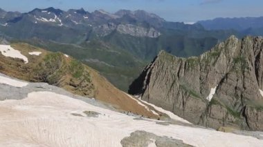 Mountain Pic des Sarradets is photographed from the Breche de Roland in summer Pyrenees. — Stock Video