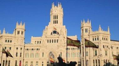 Palacio de cibeles es el más prominente de los edificios en la plaza de cibeles en madrid, españa. este impresionante edificio está el ayuntamiento de madrid. — Vídeo de Stock