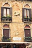 Fasader av hus på en gata i Venedig, Italien — Stockfoto