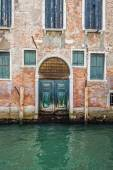 Buildings with traditional Venetian windows in Venice, Italy — Stock Photo