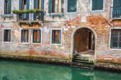 Benátské budovy a lodí po kanálu grande, benátky, itálie — Stock fotografie