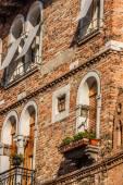 Bâtiments avec fenêtres vénitiennes traditionnelles à Venise, Italie — Photo
