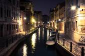 View into a small canal in Venice at night — ストック写真