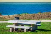 Abgelegenen Ort für Meditationen am Meer. Auf einer Bank — Stockfoto