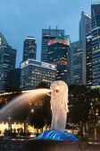 Singapore,December 20,2013:The Merlion fountain lit up at agains — Stock Photo