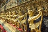 Garuda dorada de wat phra kaew en bangkok, tailandia — Foto de Stock