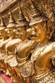 Złoty garuda wat phra kaew w bangkoku, tajlandia — Zdjęcie stockowe