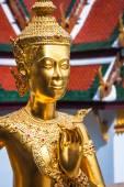 黄金の kinnari 寺院 (ワット ・ プラ ・ ケオ エメラルド仏の像 — ストック写真