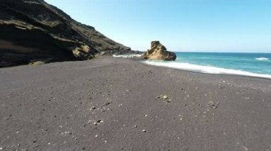 Aerial video footage of the Lanzarote El Golfo Atlantic ocean near Lago de los Clicos in Canary Islands — Stock video