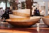 Houten gerechten op display op homi, huis internationale show in milaan, italië — Stockfoto