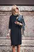 Woman posing outside Byblos fashion shows building for Milan Women's Fashion Week 2014 — Stock fotografie