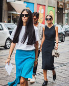People outside Byblos fashion shows building for Milan Women's Fashion Week 2014 — Stock fotografie