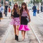 Women posing outside Gucci fashion shows building for Milan Women's Fashion Week 2014 — Stock Photo
