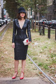 Woman posing outside Gucci fashion shows building for Milan Women's Fashion Week 2014 — Stock Photo