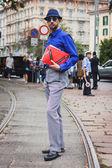 Man posing outside Gucci fashion shows building for Milan Women's Fashion Week 2014 — Stock Photo