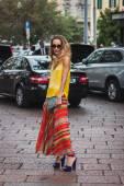 Frau posiert außen gucci mode zeigt gebäude nach mailand women's fashion week 2014 — Stockfoto