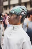Hombre posando exterior gucci moda muestra construcciones para la semana de la moda femenina de milán 2014 — Foto de Stock