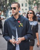 Man outside Armani fashion shows building for Milan Women's Fashion Week 2014 — Stock Photo