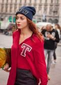 Mulher fora marco de vincenzo moda mostra edifício para semana de moda de Milão mulheres 2014 — Fotografia Stock