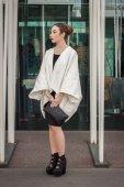 Mujer fuera jil sander moda muestra construcciones para la semana de la moda femenina de milán 2014 — Foto de Stock