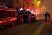 Demonstrators launching smoke canisters to police in front of the Turkish consulate in Milan, Italy — Foto de Stock