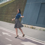 Pretty girl posing in the city streets — Стоковое фото