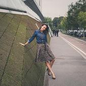 Pretty girl posing in the city streets — Stock fotografie