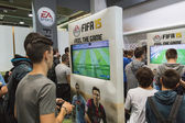 People playing at Games Week 2014 in Milan, Italy — 图库照片