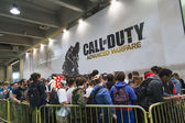 People waiting to enter Call of Duty stand at Games Week 2014 in Milan, Italy — Stock Photo