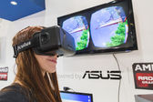 Girl trying Oculus headset at Games Week 2014 in Milan, Italy — Stock Photo
