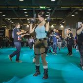 Lara Croft cosplayer posing at Games Week 2014 in Milan, Italy — Stock Photo