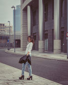 Pretty girl posing in the city streets — ストック写真