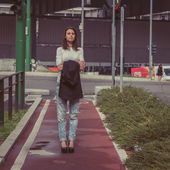 Pretty girl posing in the city streets — Stok fotoğraf