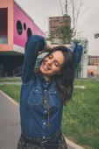 Pretty girl posing in the city streets — Stockfoto
