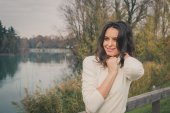 Beautiful young woman posing in a city park — ストック写真
