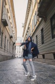 Beautiful girl posing in the city streets — ストック写真