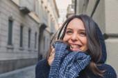 Vacker flicka poserar i stadens gator — Stockfoto