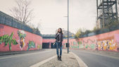 Beautiful young brunette posing in the city streets — Foto de Stock