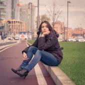 Young beautiful girl posing in the city streets — Foto de Stock