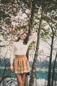 Piękna młoda kobieta pozowanie w miejskim parku — Zdjęcie stockowe