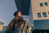 Beautiful young woman with her saxophone — Fotografia Stock