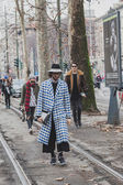 People outside Gucci fashion show building for Milan Men's Fashion Week 2015 — Stockfoto