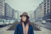 Beautiful young brunette posing in the city streets — Stock Photo