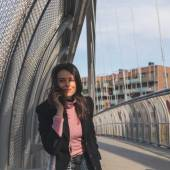 Beautiful young brunette posing on a bridge — 图库照片