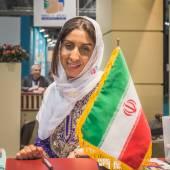 Hôtesse dans le stand iranien au Bit 2015, bourse du tourisme international à Milan, Italie — Photo