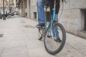 Detail of a young man posing with his bicyle — Stock Photo