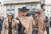 People outside Gucci fashion show building for Milan Women's Fas — Stockfoto