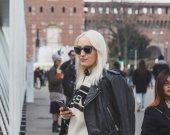 People outside Jil Sander fashion show building for Milan Women' — Stock Photo