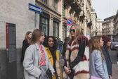 人们为米兰妇女建立的外部菲拉格慕时装秀 — 图库照片